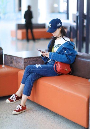沈梦辰机场摆拍上瘾了 女神长直发重温少女时代