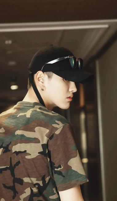 吴亦凡超短发戴上黑色帽 冷酷造型更加迷妹