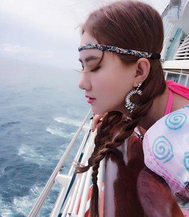 发带与麻花辫 孟瑶梳发很有海的味道