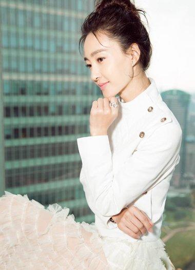 王丽坤盘发配白衣神似白天鹅 演绎出不同的风韵造型
