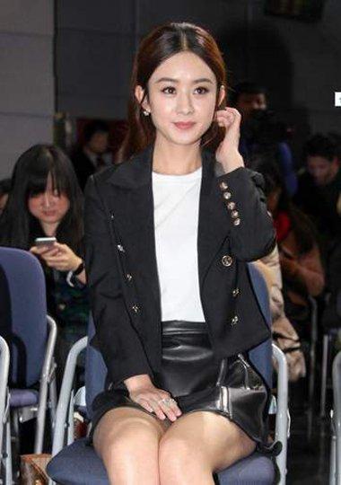 赵丽颖参加活动提起到场 中长的卷发迷倒众人