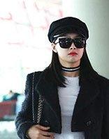 宋茜中长直发戴皮帽现身 帅气设计展现出个性化