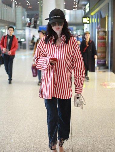 杨幂巧克力发色搭红条纹衬衫 卷发造型设计超吸眼