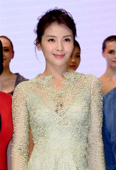 刘涛盘发搭配蕾丝裙展春日气息 想要幸福就学她