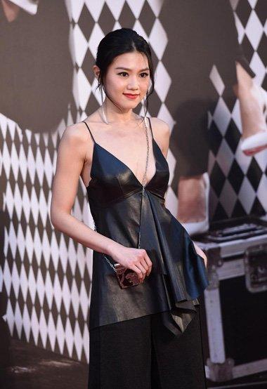 金像奖红毯女星闪耀登场 梳发搭配礼服美出了时尚