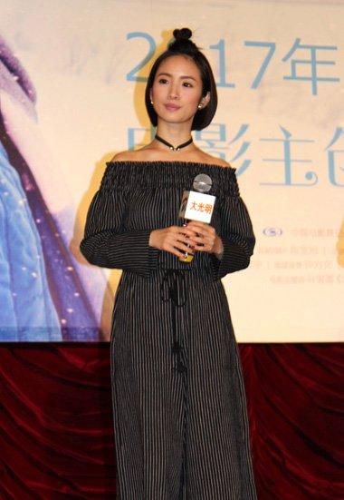 林依晨同凤小岳宣传新片 梳扎丸子头秒变可爱少女