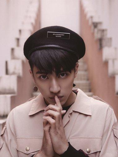 许魏洲登街头军装Style时髦杂志 贝雷帽配卷型帅破天际