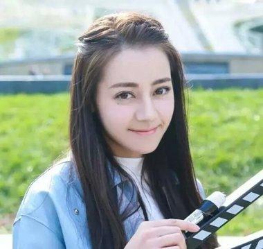 迪丽热巴中长发编起刘海造型 换个发型完美遮挡发际线