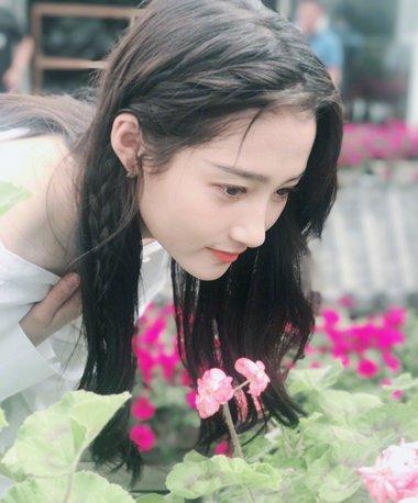 花儿与少女共映青春 关晓彤侧编刘海美若画