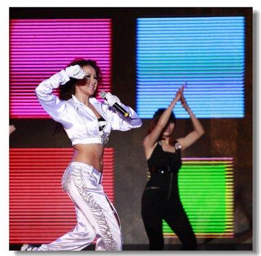 李玟时隔七年再开唱巡演 以往舞台发型惊艳全场