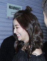 林心如又换新发型了 半扎丸子头神似妙龄少女
