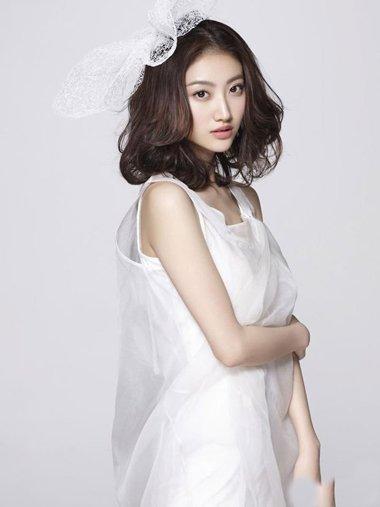 景甜栗发色黑白配衣炫时尚 齐肩卷发秒变美女达人