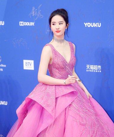 今年流行什么粉色裙 张天爱刘亦菲礼服发型爆款图集