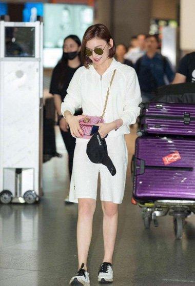 袁珊珊齐肩内扣发现身机场 剪扮嫩的短发迷人众人