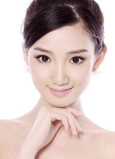毛晓彤甜美夏天写真照展出 灵动吸眼的各类发型造型