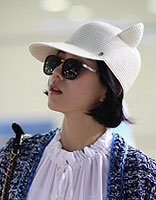 刘诗诗齐耳短发戴白色帽 新的造型充满时尚潮流
