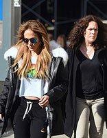 詹妮弗洛佩兹中分发现身街头 反季节衣服搭配显个性