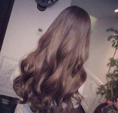 就应该烫卷,今天小编安利几款最新潮女生水波纹烫发发型,快来看看吧.图片