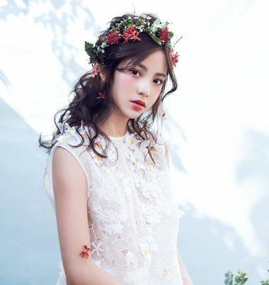 如果梳的是卷发发型,那么下文所示的2018年最新日系新娘鲜花发型,很值图片