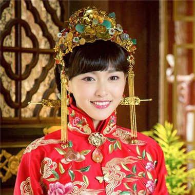 齐刘海秀禾服新娘发型 复古新娘盘发设计