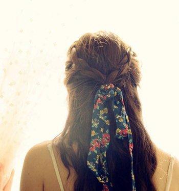 两边梳辫子绑在头发后面的发型 后面头发怎么扎