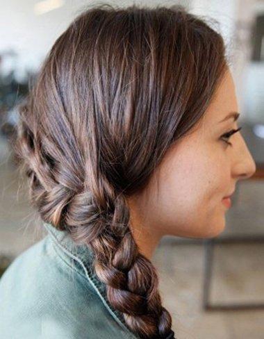 如何让头发后面披着的从左到右编一条辫子 女生后面的头发这么扎最时尚