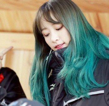 闷青色挑染紫罗兰发型图片 闷青适合跟什么颜色挑染