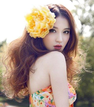 韩国女生二次元卷发发型 很现实的女生二次元的发型