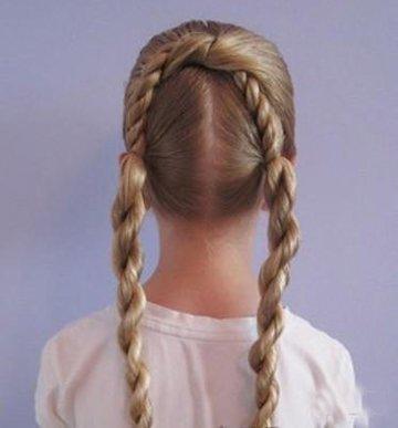 小孩普通辨辫过程 两个辫子的普通扎法