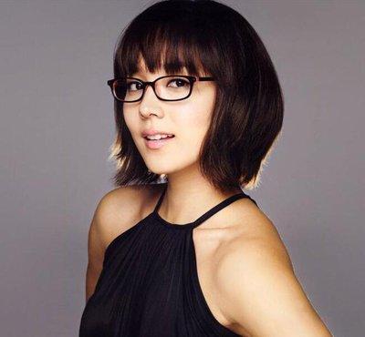 女生戴黑框眼镜显脸小么 适合女生带黑框眼镜的头型有没有你喜欢的款式