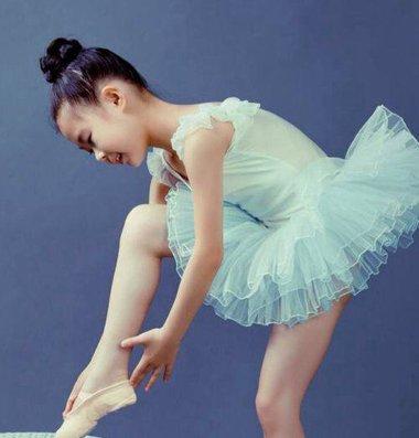 少儿跳舞扎发发型 要怎么给小孩梳跳舞的发型