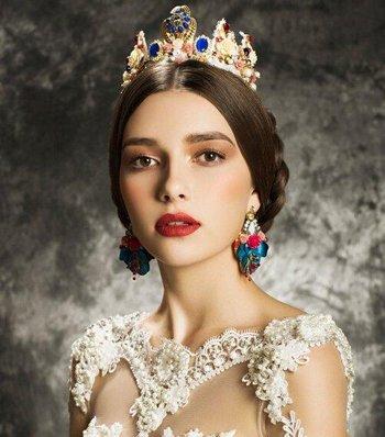 能放皇冠的皇后发型怎么编 侧面戴皇冠图片