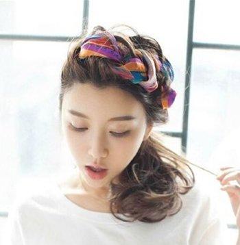怎么把丝巾编在头发里 如何用丝巾编头发
