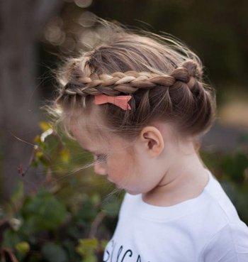 长发小朋友简单的蜈蚣辫发型 女孩中长发简单蜈蚣辫盘发发型