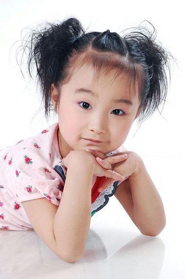 女童两个发髻的挽发 适合小孩子挽的发髻
