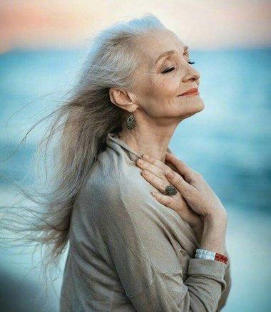 给奶奶梳个像要拍艺术照的发型 精彩七十岁奶奶发型给白发最好状态