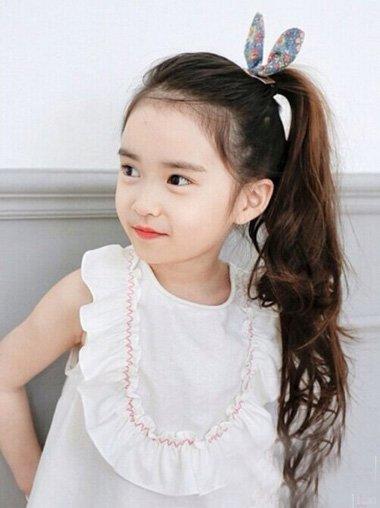 心形脸小孩子扎辫子发型 过节日的胖女童编发打造
