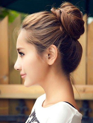 瓜子脸女生扎高丸子头造型 六月超流行的发色有哪些