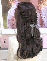 韩国女孩梳扎发烫发先行 层次感长发扎发有卷才能骄傲