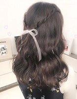 烫了卷发怎么扎 两股麻花辫半扎发与任何卷发都能配