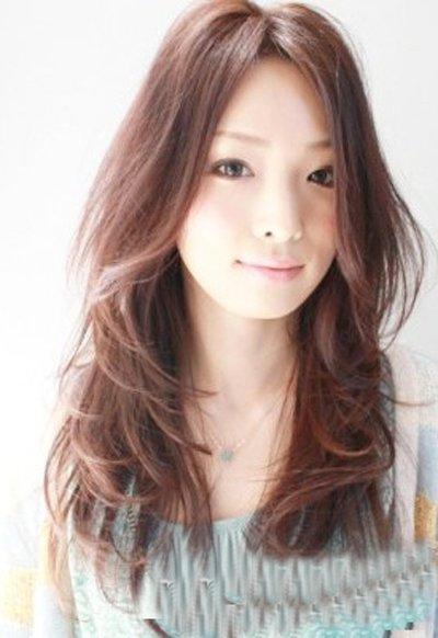 大脸女生烫卷长发配刘海造型 鼻梁小女精致剪发梢头发