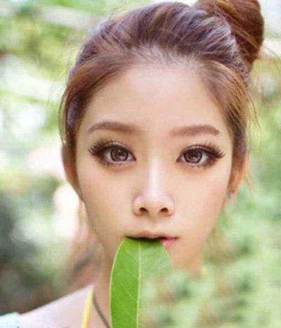 鹅蛋脸女生扎花苞头造型 蜜糖发色适合哪些肤色人