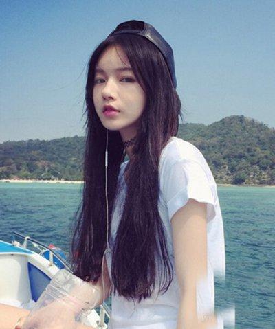 大长脸女生螺旋烫染棕色头发 斜刘海适合的脸型有哪些