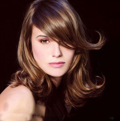 女生发质软做拉直头发适合吗 脸轮廓宽烫大卷头发造型