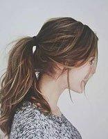 大个子女生扎高马尾辫子发型 额头宽女生染亚麻色头发打造