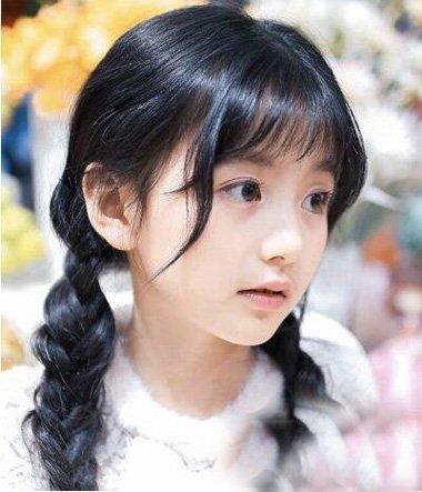 雨天适合扎出的小辫造型 脸瘦女生有刘海发型设计
