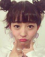 小脸女生扎双丸子头剪齐刘海 逛街女适用于的头发打造