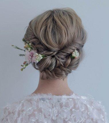 被森系扎发迷住的新娘子 婚纱发型也做成森系效果吧