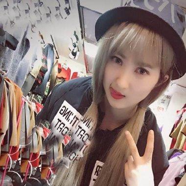 韩国清纯风披散长直发造型 柔顺发带出典雅风采设计
