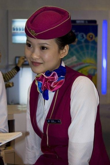 空姐职业戴头饰有讲究吗 航空飞机服务人员发型装扮